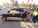 polisi-yang-bertugas-di-pos-pam-mengkreng-kabupaten-kediri-membantu-mendorong-mobil-mogok.jpg