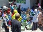 pondok-pesantren-kha-wahid-hasyim-pasuruan-membagikan-air-bersih-untuk-masyarakat-terdampak-banjir.jpg
