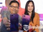 pr-manager-oppo-indonesia-aryo-meidianto-menunjukkan-oppo-f9-starry-purple_20180930_210705.jpg