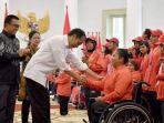 presiden-jokowi-serahkan-bonus-untuk-para-atlet-asian-para-games-2018_20181013_213034.jpg