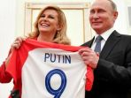 presiden-rusia-vladimir-putin-jersey-presiden-kroasia-kolinda-grabar-kitarovic_20180716_105001.jpg