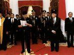 presiden-soeharto-saat-mengumumkan-pengunduran-diri-di-istana-merdeka-jakarta-21-mei-1998.jpg