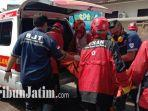proses-evakuasi-jenazah-dua-pria-di-malang-oleh-tim-medis-di-lapangan-sampo.jpg