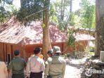 proses-evakuasi-pohon-yang-tumbang-di-wisata-petirtaan-jolotundo.jpg
