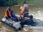 proses-pencarian-pemotor-tenggelam-dari-perahu-tambang-di-sungai-kalimas-gresik.jpg