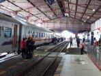 pt-kai-daop-7-madiun-membuka-layanan-pemesanan-tiket-jarak-jauh-ilustrasi-kereta-ilustrasi-stasiun.jpg