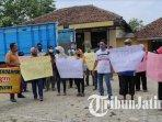 puluhan-warga-desa-ngrupit-kecamatan-jenangan-kabupaten-ponorogo-menggeruduk-balai-desa.jpg