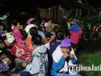 puluhan-warga-lansia-dan-anak-anak-menunggu-banjir-yang-masuk-ke-dalam-rumah-surut.jpg