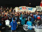 ratusan-aremania-komunitas-utas-arema-menggelar-aksi-menyalakan-lilin-di-depan-balai-kota-malang_20180811_105426.jpg