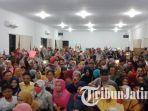 ratusan-orang-tua-saat-mendatangi-kantor-dinas-pendidikan-surabaya-rabu-1962019.jpg
