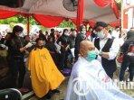 relawan-dan-kader-pdi-perjuangan-surabaya-cukur-massal-untuk-merayakan-kemenangan-eri-cahyadi-armuji.jpg