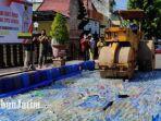 ribuan-botol-miras-hasil-operasi-pekat-dimusnahkan-di-depan-polres-blitar-kota-senin-1242021.jpg