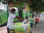 ridwan-35-penjual-minuman-jeruk-peras-yang-mangkal-di-depan-masjid-jami-al-baitul-amien-jember.jpg