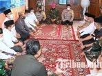 saifullah-yusuf-dan-irsyad-yusuf-mengunjungi-rumah-orang-tua-lettu-imam-adi-di-pasuruan.jpg