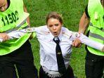 salah-satu-anggota-pussy-riot-digelandang-petugas-keamanan-saat-laga-final-piala-dunia-2018_20180718_074857.jpg