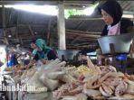 salah-satu-pedagang-daging-ayam-melayani-pembeli-di-pasar-anom-baru-sumenep.jpg