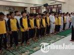 salat-ghaib-untuk-mendoakan-bj-habibie-di-aula-sd-al-falah-assalam-tropodo-sidoarjo.jpg