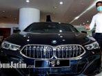 sales-manager-bmw-astra-surabaya-octa-wibowo-dengan-sedan-bmw-series-8-gran-coupe.jpg