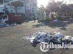 sampah-koran-di-taman-surya-depan-balai-kota-surabaya_20170901_110632.jpg