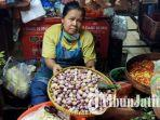 satu-diantara-pedagang-penjual-bawang-merah-di-pasar-wonokromo-utami-saat-ditemui.jpg