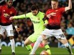 scott-mctominay-berebut-bola-lionel-messi-dalam-duel-liga-champions-manchester-united-vs-barcelona1.jpg
