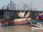 sebuah-kapal-pengangkut-barang-terbakar-di-pelabuhan-gresik_20180716_142010.jpg