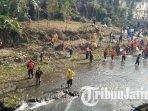sejumlah-komunitas-dan-relawan-se-malang-raya-saat-membersihkan-bantaran-sungai-amprong.jpg