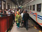 sejumlah-penumpang-bersiap-menuju-gerbong-kereta-di-stasiun-gubeng-surabaya.jpg