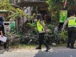 sejumlah-polisi-mendampingi-petugas-verifikasi-faktual-dari-kpu-kota-blitar-saat-terjun-ke-lapangan.jpg