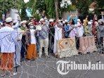 sejumlah-warga-berunjuk-rasa-menuntut-pembebasan-pimpinan-fpi-rizieq-shihab-di-jember.jpg