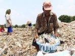 sejumlah-warga-desa-bangun-kecamatan-pungging-kabupaten-mojokerto-tengah-memilah-sampah.jpg