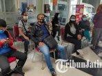 sejumlah-wartawan-sedang-menunggu-untuk-menjalani-tes-swab-di-labkesda-kota-malang.jpg