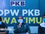 sekretaris-dpw-pkb-jatim-anik-maslachah-konferensi-pers.jpg