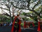 seniman-di-destinasi-wisata-hutan-de-djawatan-kecamatan-cluring-banyuwangi-ilustrasi-menari.jpg