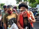 seniman-ludruk-meimura-blusukan-bagi-ribuan-masker-ke-pasar-pasar-tradisional-di-surabaya.jpg