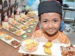 seorang-anak-membawa-salah-satu-menu-bento-ramadan.jpg