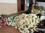 seorang-pekerja-sedang-meringkas-bunga-mawar-untuk-memenuhi-permintaan-dari-pulau-bali.jpg