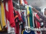 seorang-pembeli-mencari-jersey-timnas-perancis-di-toko-kostum-sepak-bola-royal-plaza-surabaya_20180713_120350.jpg