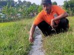 seorang-petani-melihat-lumpur-yang-keluar-dari-dalam-tanah-selasa-162021.jpg
