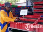 seorang-petugas-pusat-daur-ulang-pdu-jambangan-surabaya_20180815_165449.jpg