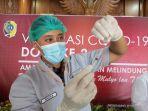 seorang-vaksinator-sedang-menyiapkan-satu-dosis-vaksin.jpg