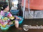 seorang-warga-korban-banjir-saat-mencuci.jpg