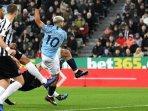 sergio-aguero-melepaskan-tembakan-yang-menghasilkan-gol-manchester-city-pada-liga-inggris.jpg