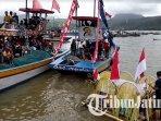 sesaji-labuh-laut-larung-sembonyo-di-pantai-popoh-tulungagung-tengah-ditarik-perahu-nelayan.jpg
