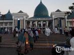 sholat-ied-masjid-agung-al-akbar-surabaya_20180615_140846.jpg