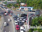simpang-mengkreng-kendaraan-mengular_20170626_222601.jpg