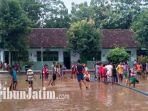siswa-di-trenggalek-bersih-bersih-sekolah-usai-banjir.jpg