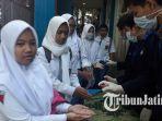 siswa-kelas-12-smkn-6-kota-malang-disemprot-tangannya-dengan-hand-sanitizer.jpg