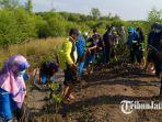 siswa-man-1-gresik-bersama-kepala-desa-randuboto-menanam-mangrove.jpg