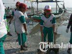 siswa-sd-ikut-kerja-bhakti-membersihkan-pantai-kenjeran_20170228_195132.jpg